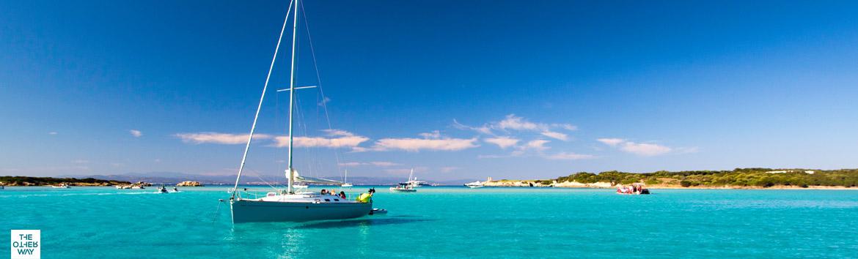 La meta più amata dai velisti è la Sardegna, da visitare in barca a vela e in catamarano.