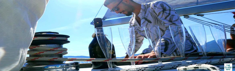 L'aperitivo e il brindisi ai festeggiati  durante l'addio al celibato o nubilato in barca a vela